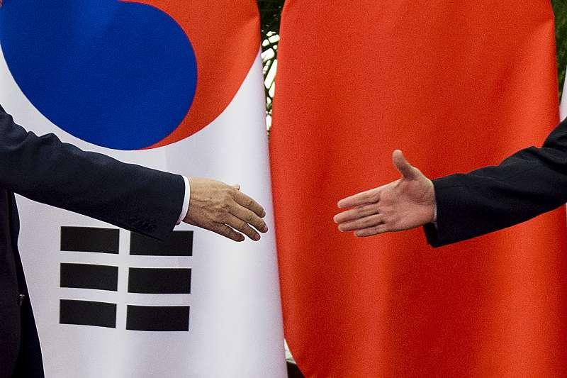 南韓總統文在寅訪問中國的「破冰之冷」,卻爆出疑似中國公安毆打南韓記者糾紛(AP)