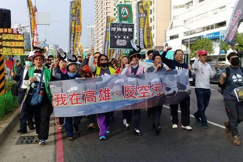 中南部空污紅害已持續4天,對此環團批評,「台北官員」根本不把高雄台南的居民當公民看待。圖為日前高雄反空汙大遊行。(資料照,朱淑娟攝)