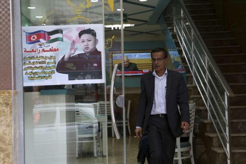 加薩走廊賈巴利亞(Jabalia)難民營裡的拉巴餐廳對北韓顧客大優待。(美聯社)