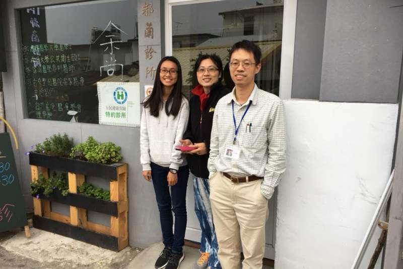 從嘉義跑到台東都蘭部落,余尚儒醫師(右)把自己的專業奉獻給部落社區。(圖/余尚儒@facebook)