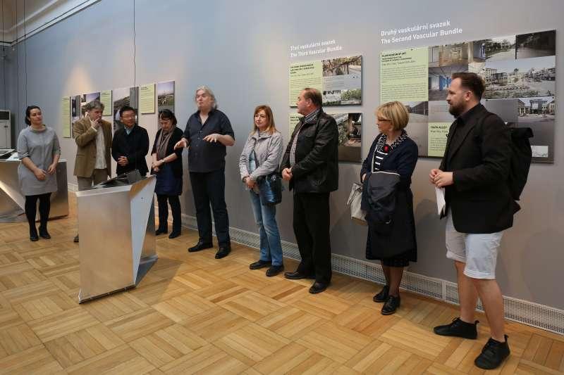 「田中央工作群」歐洲巡迴展來到捷克奧斯特拉瓦,建築、設計暨藝術國際嘉年華參與建築師及藝術家們,左三為黃聲遠建築師、左五為創辦人塔迪阿斯•葛立茲卡(Tadeáš Goryczka)。(田中央聯合建築師事務所提供)