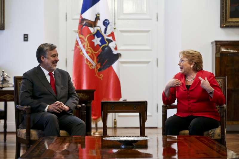 智利總統決選:現任總統巴舍萊(右)與同黨候選人奎利爾(AP)