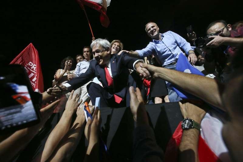 智利總統決選:總統當選人皮涅拉與支持者握手(AP)