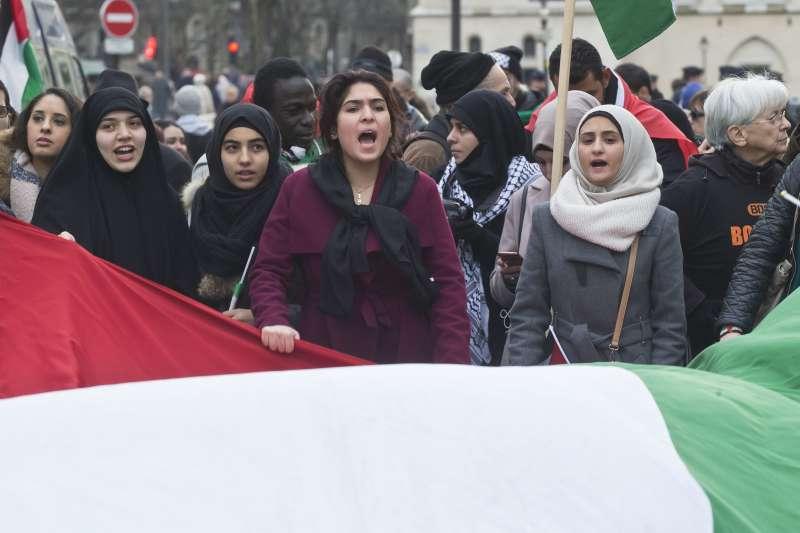 法國街頭,民眾高舉巴勒斯坦旗幟,抗議川普承認耶路撒冷為以色列首都。(美聯社)