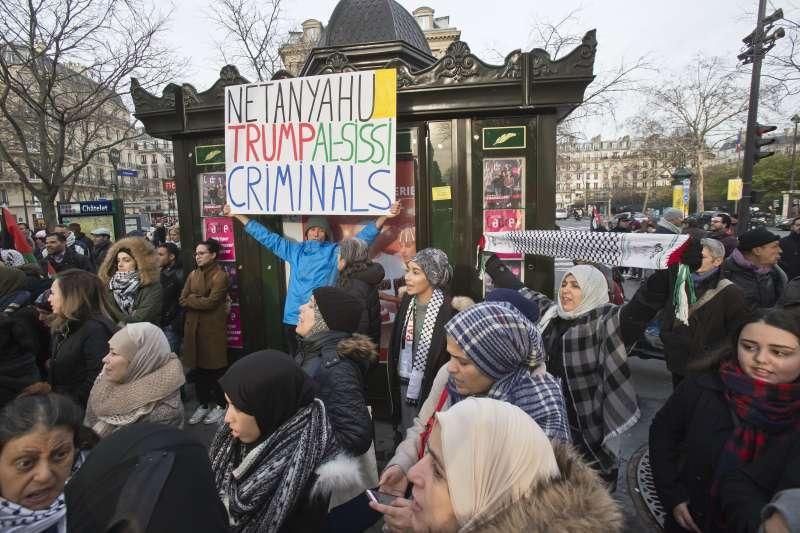 法國街頭,民眾高舉標語,抗議川普承認耶路撒冷為以色列首都。(美聯社)