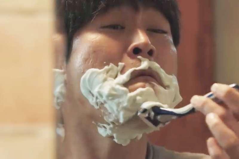 刮鬍子對一般人來說很簡單,但對於智力只有十歲的仁圭,卻是難上加難。 (圖/擷取自Youtube)