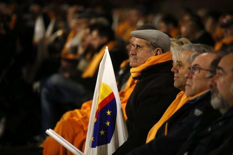 支持統一的加泰隆尼亞「公民黨」舉行造勢活動,支持者舉著旗幟。(美聯社)