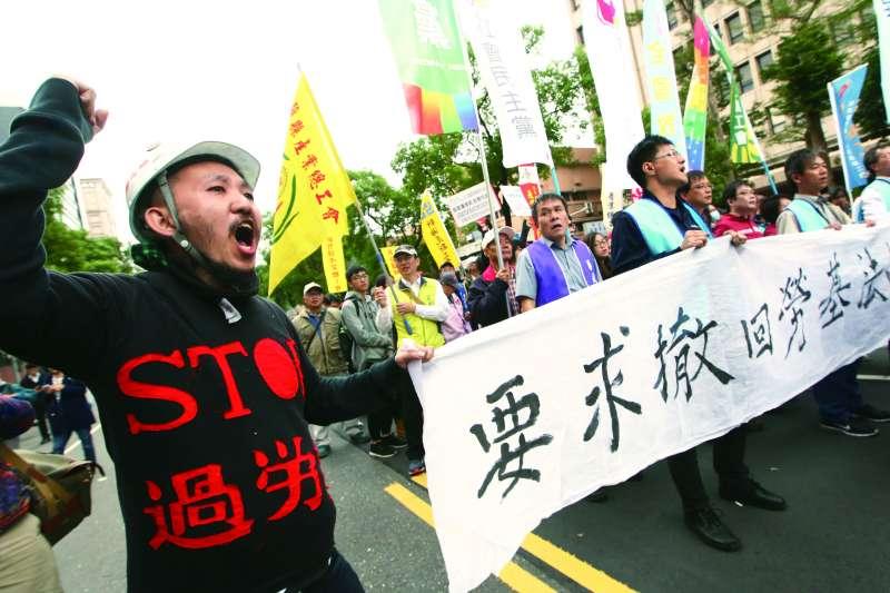 勞工團體23日下午發起「反修惡勞基法大遊行」,抗議《勞基法》修法,時代力量也發聲明表示,支持勞工與學生提出的訴求,呼籲行政院應先行撤案,傾聽人民的聲音。(郭晉瑋攝)
