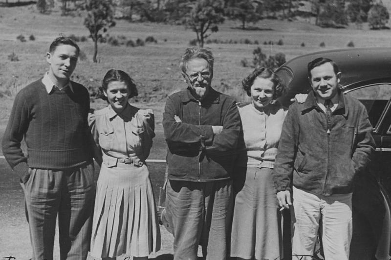 左翼史家多伊徹(Isaac Deutscher)總結托洛斯基的一生,「不但哭過,笑過,同時也理解了」。中間為托洛斯基。(取自維基百科)