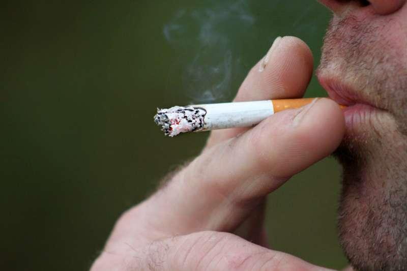 許多人認為在外頭抽完菸再回家就沒關係,但其實三手菸毒性微粒仍會殘留在車子、衣服等處,危害家人健康。(圖/publicdomainpictures.net)