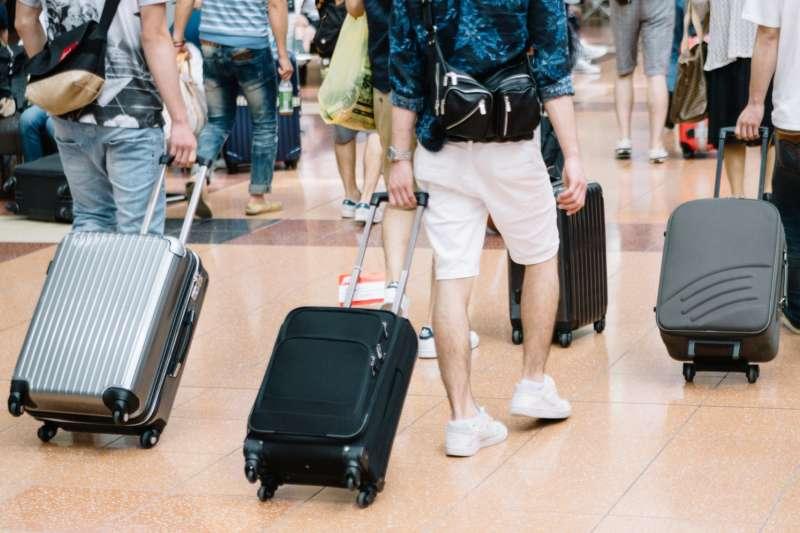 不少民眾會在春節假期安排出國旅遊,這時候若抓對時間買機票就能省下一筆錢!(圖/pakutaso)