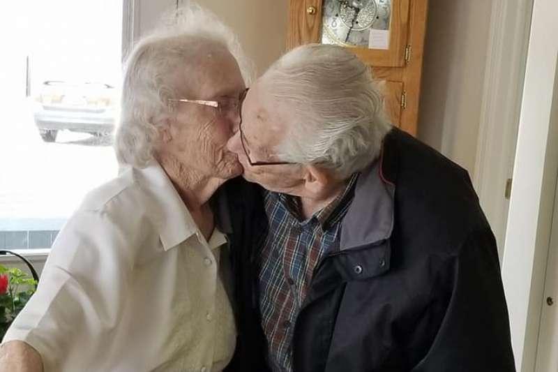 加拿大91歲的赫柏與89歲的奧黛莉結縭69年,今年耶誕節前夕卻被迫分離,兩人淚擁吻別(截自Dianne Goodine Phillips@Facebook)