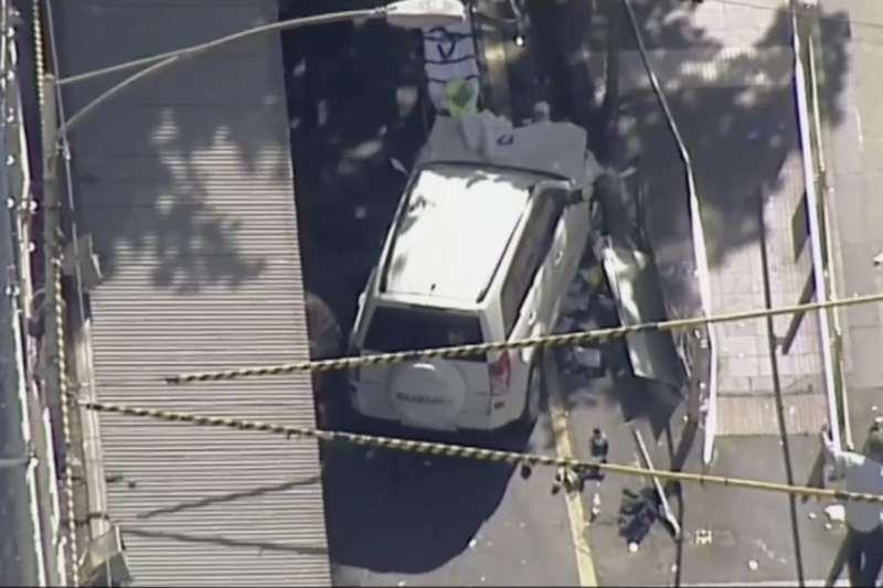 澳洲墨爾本21日下午發生廂型車衝撞行人,至少13傷。(美聯社)