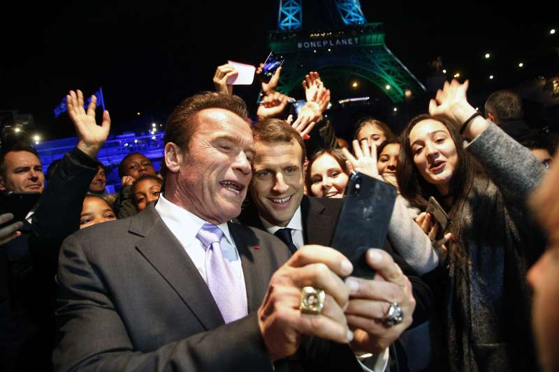 法國總統馬克宏與好萊塢巨星、美國加州前州長阿諾史瓦辛格在氣候變遷峰會上玩自拍(AP)