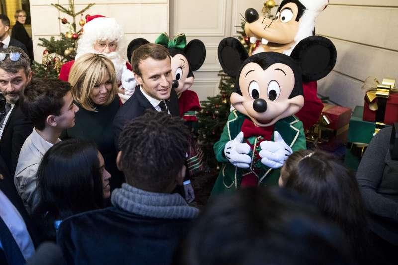法國總統馬克宏與夫人布莉姬特參加2017年耶誕活動(AP)