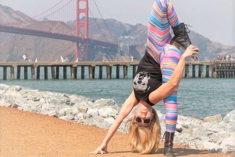 如果你也愛運動,絕對要追蹤這5位瑜珈大師,她們的照片每張都令人驚艷!(圖/ Beach Yoga Girl - Kerri Verna@facebook)