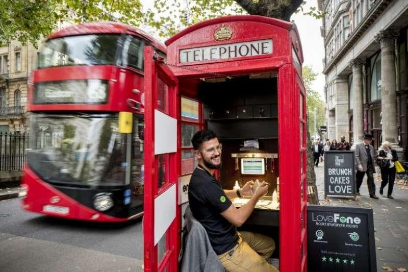 紅色電話亭是我們常常在電影片段中看見的英國代表文化,然而科技的驅使下它卻差點面臨絕種的命運,究竟是什麼樣的創意讓它們得以保存、甚至更受英國人歡迎呢?(圖/取自youtube)