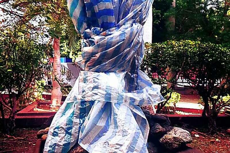 台北市中正高中內的蔣介石銅像,在21日早上被發現遭利刃斷頭。(取自台北市政府)