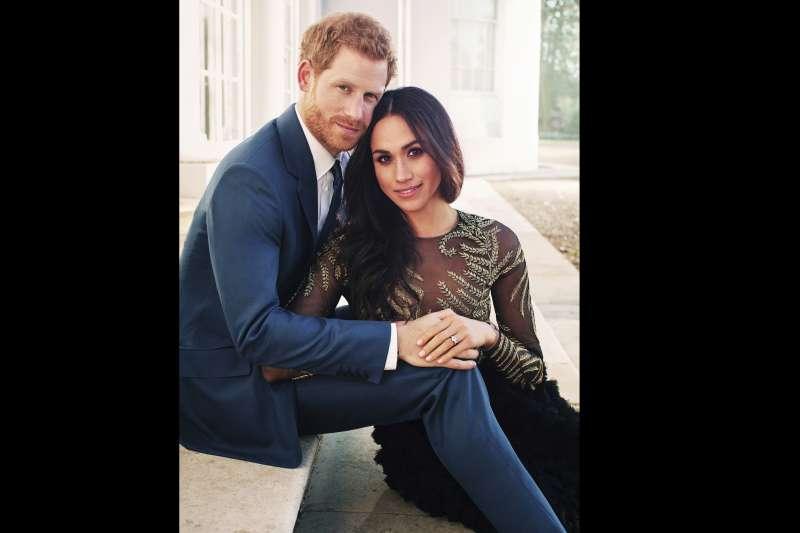 英國哈利王子(Prince Harry)與未婚妻梅根.馬克爾(Meghan Markle)曬恩愛,這是白金漢宮發布的訂婚照。(AP)