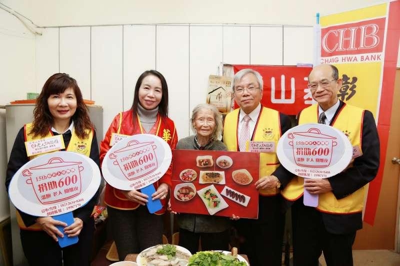 志工隊農曆年前為來自越南的獨居長輩上菜 冬日送暖(圖/彰化銀行提供)