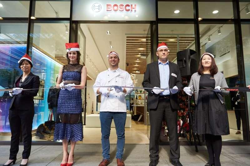 Bosch台北旗艦體驗展示中心開幕剪綵 右至左為行銷協理何涵、財務長奧斯瓦特先生、董事總經理傅睿博士、藝人嘉賓瑞莎、業務協理吳淑梅(圖/Bosch提供)