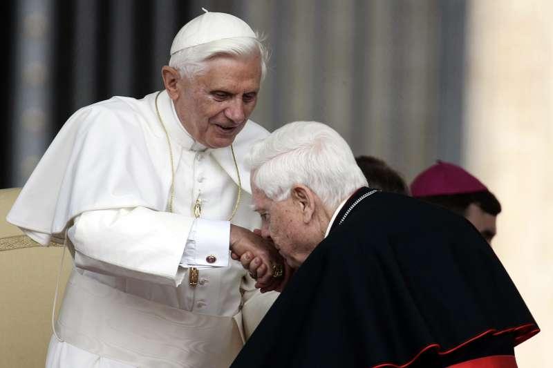 2006年6月7日,伯納德.勞親吻時任教教宗本篤十六世的手背(AP)