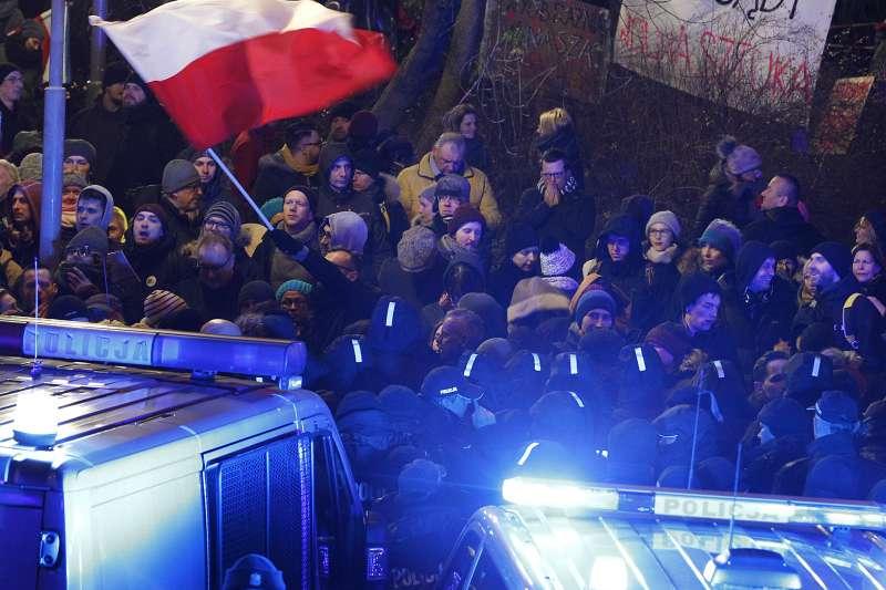 波蘭民眾抗議執政黨以司法改革之名,侵犯司法權。(美聯社)