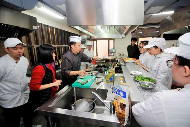 育達科大餐旅系今年邀請到日本料理大師鎌倉聡,擔任客座教授來協助系上實務課程,指導學生製作富具特色的日本料理。(圖/育達科大提供)