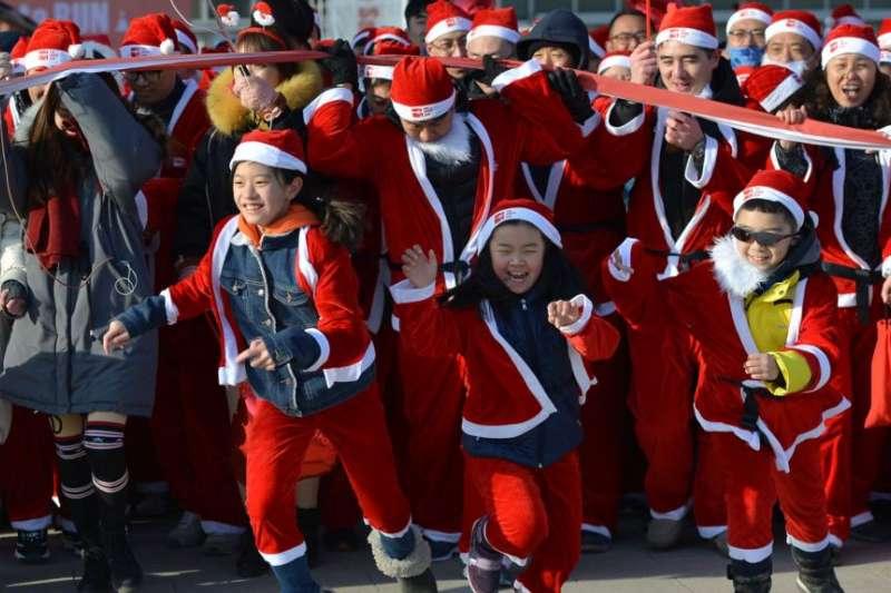 12月17日在中國瀋陽街頭舉行的「聖誕跑」活動。(美國之音)
