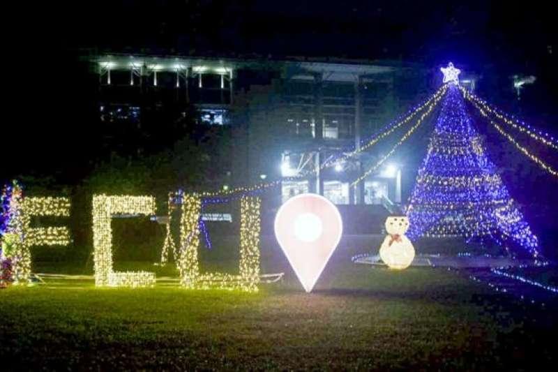 台灣一所大學為歡度聖誕在校園擺設大型聖誕樹。(BBC中文網)