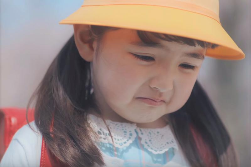 孩子被觸碰時,即使不舒服也不說、更不知道該怎麼做...面對台灣家長的育兒煩惱,美國媽媽教你這招!30秒就可以教會孩子捍衛身體。(圖/ユニー店頭動画@youtube)