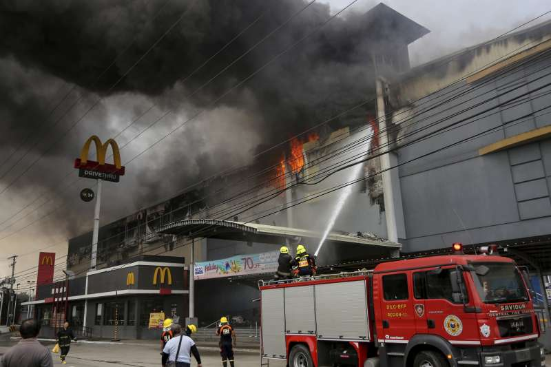 在公共場所遇到火災時,不可盲目跟著別人錯誤的行動逃生,如跳窗跳樓、躲廁所、衝上頂樓等。(AP)
