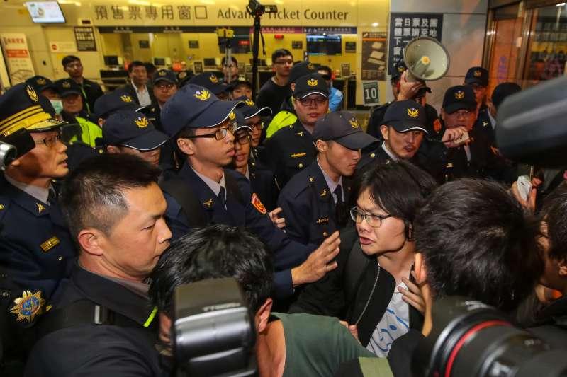 20171223-勞團23日舉行「反對勞基法修惡大遊行」,晚間主辦單位宣布遊行結束後,部分學生不願離去湧入台北車站抗議,遭優勢警力驅離。(顏麟宇攝)