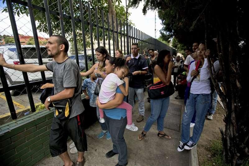 委內瑞拉通膨嚴重,民眾為了購買有折扣的玩具與鞋子作為聖誕禮物,在商場外排隊等待。(美聯社)