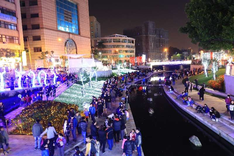 隨著耶誕節即將結束,燦爛奪目的柳川水中耶誕樹展明天謝幕後,「創意藝術光景展覽」將繼續展出至明年3月4日,陪伴大家跨年、過春節。(圖/台中市政府提供)