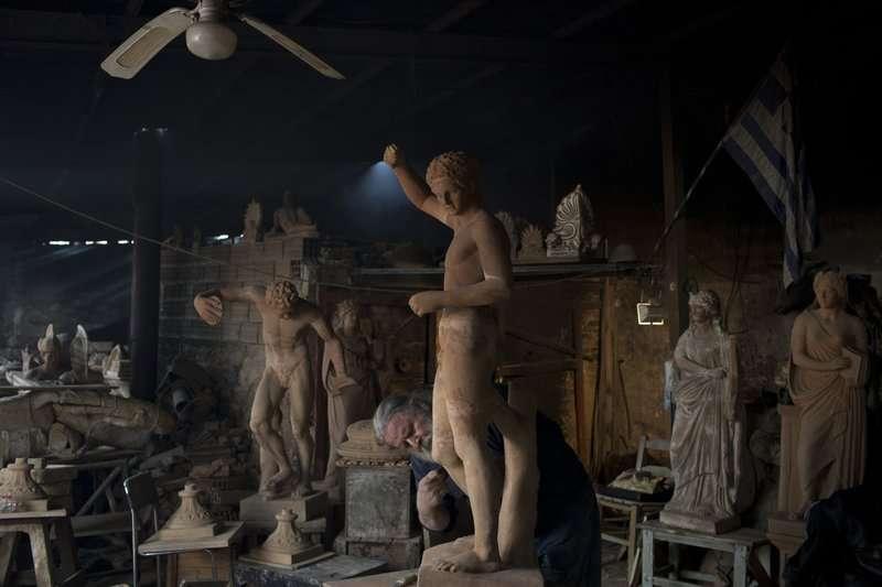 希臘陶藝師傅古馬斯的工作室內擺放了大量雕像。 (美聯社)