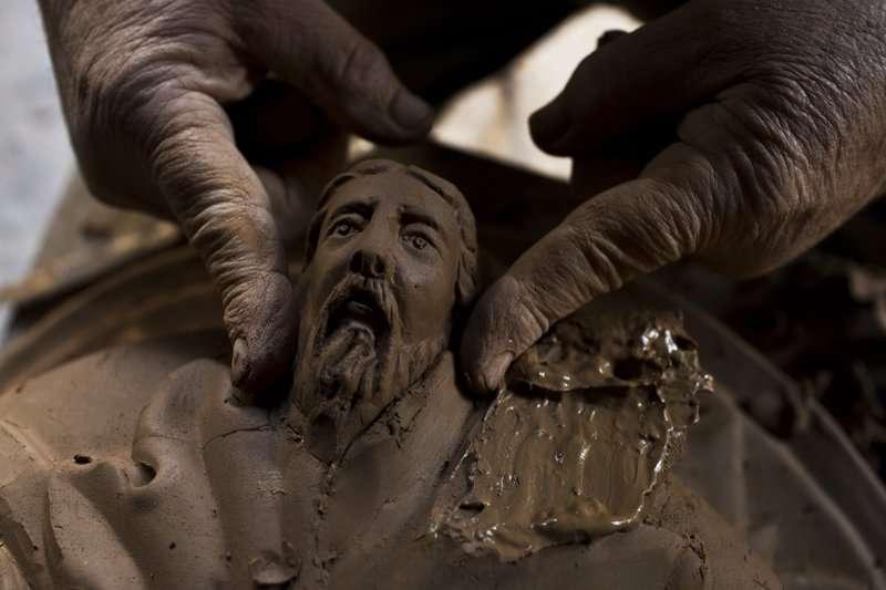 希臘陶藝師傅古馬斯以傳統的技法,雕塑希臘神話中的海神波賽頓。(美聯社)
