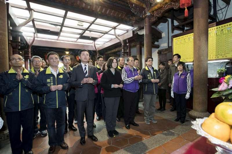 總統蔡英文赴長和宮祈福,肯定林智堅市長就職三周年「翻轉新竹」。(新竹市政府提供)