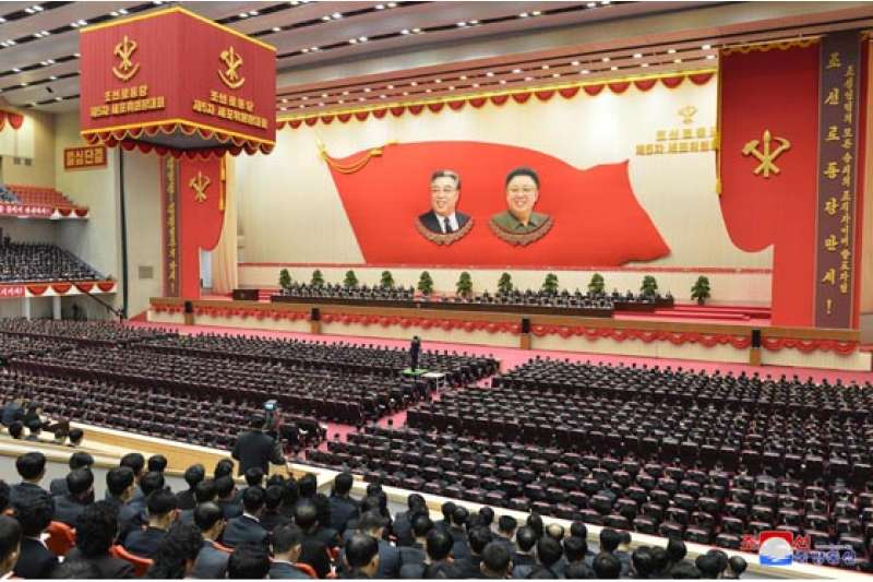 朝鮮勞動黨大會仍可見到金日成與金正日的圖騰。