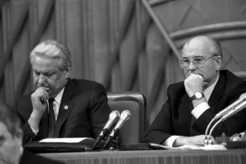 蘇聯最後一任領導人戈巴契夫(右)後來指責葉爾欽(左)違背了人民通過公投表達的意願,即大部分蘇聯人不希望蘇聯解體。(BBC中文網)