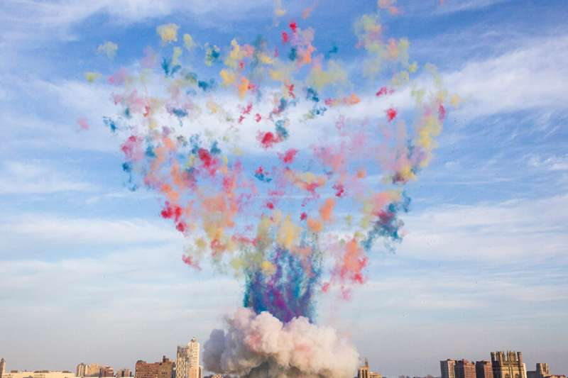 蔡國強以爆破藝術聞名,這次他創作壯觀的彩色蘑菇雲,藉以反思芝加哥核試驗 75 周年。(圖/ © Cai Guo-Qiang : Color Mushroom Cloud)