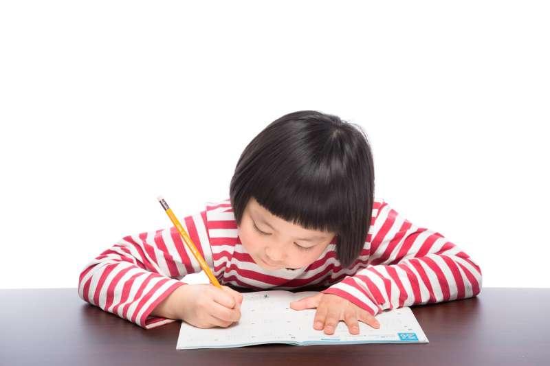 台灣的家長習慣幫孩子檢查作業,但在德國老師作法裡可不該這樣。(示意圖非本人/pakutaso)