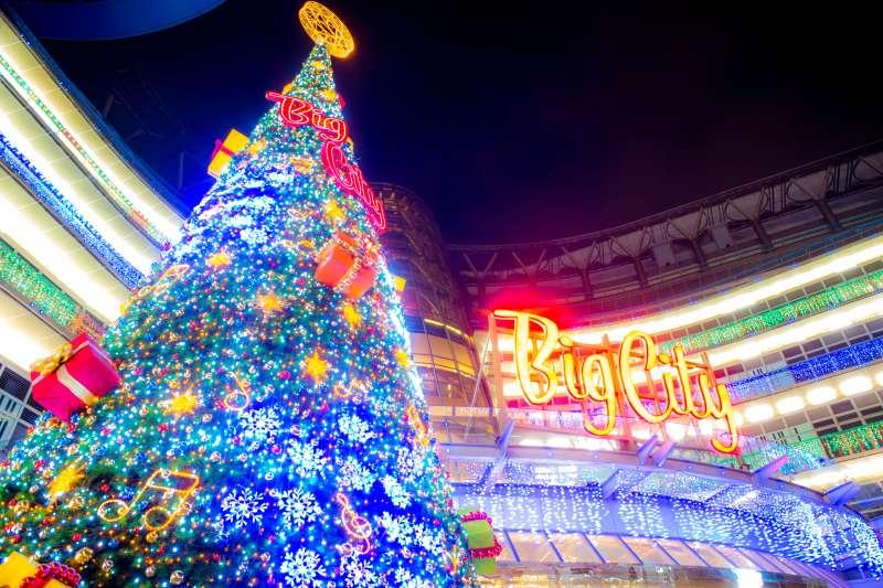 耶誕節來前,幾乎所有台灣人都沉浸在慶祝耶誕節的喜悅裡,從家庭、學校、街道、城市,甚至連人都要變身成聖誕老公公才應景。那麼,我們是何時開始慶祝這個西方節日的呢?(圖/Tony Tseng@Flickr)