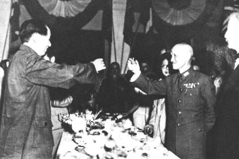 1945年9月,在中國重慶,毛澤東與蔣中正舉杯歡慶抗日戰爭勝利。(維基百科)