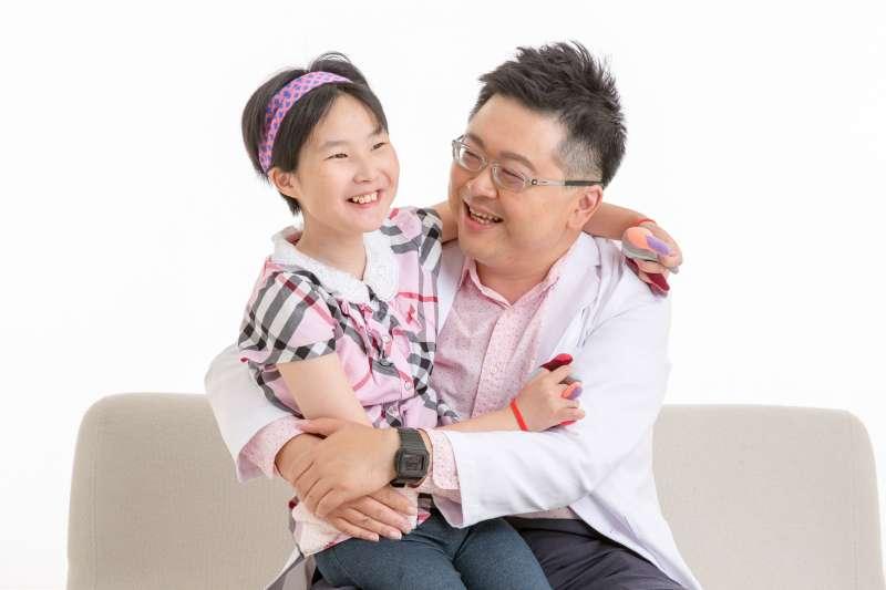 阿鎧老師第一個女兒小布丁,集發展遲緩、腦性麻痹及自閉症三大診斷於一身,家有特殊兒他更能體會家長的心情。(圖/作者提供)
