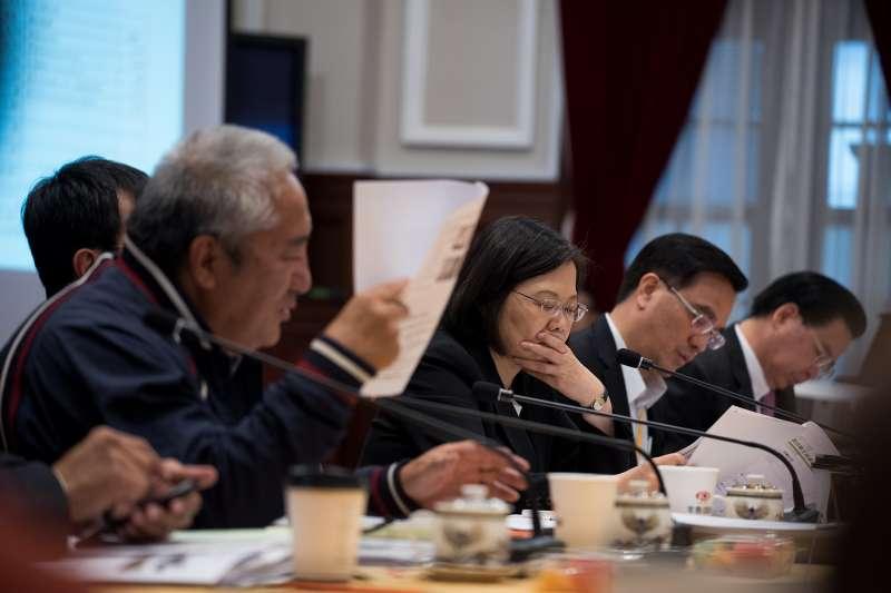 蔡英文也在會中建議,經濟部可以邀請提案的帖喇.尤道、原轉會三位代表委員、太魯閣族當地部落會議代表,與亞泥公司坐下來好好談論現在面臨的情況。(取自總統府)