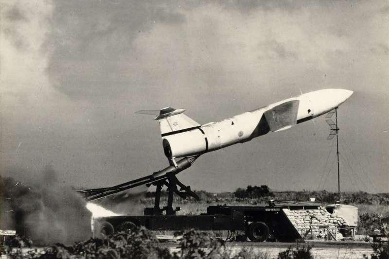 裝載在發射台上的屠牛士飛彈。(取自維基百科)