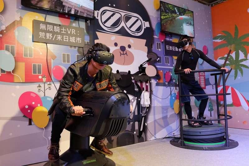 玩家們可以現場體驗VR成為飛越山峰奔馳黃金海岸的「無限騎士」(圖/新北市政府提供)