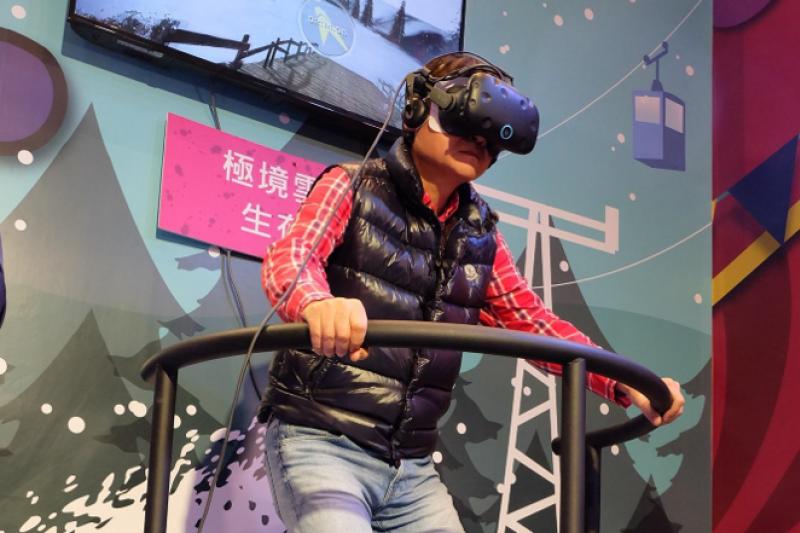 新北市政府觀光旅遊局陳國君局長也來到VR虛擬實境體驗區- Santa VR Sport,體驗穿梭在阿爾卑斯山中的疾風競速。(圖/新北市政府提供)