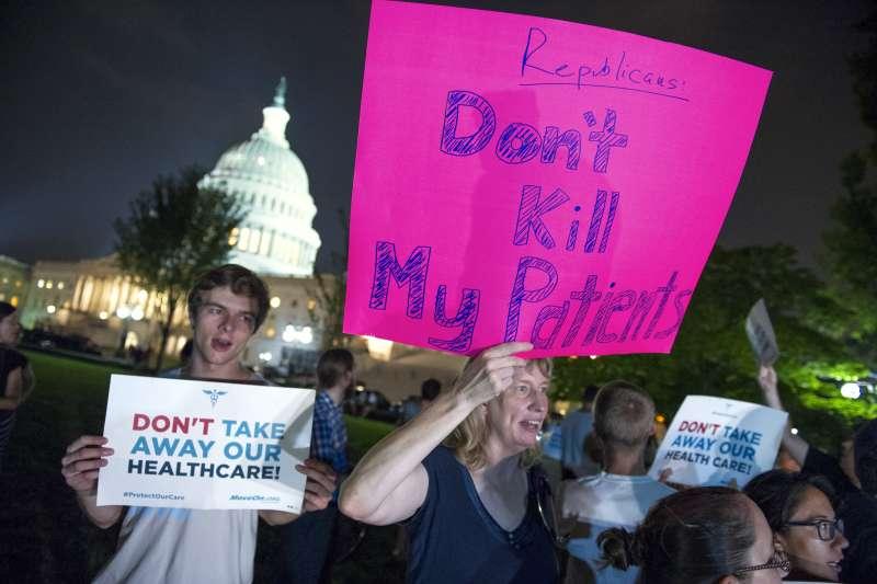 抗議川普的民眾在白宮外示威遊行。(美聯社)